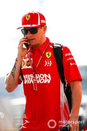 Kimi Raikkonen, Ferrari, llega al paddock
