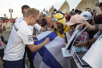 Valtteri Bottas, Mercedes AMG F1, signe des autographes