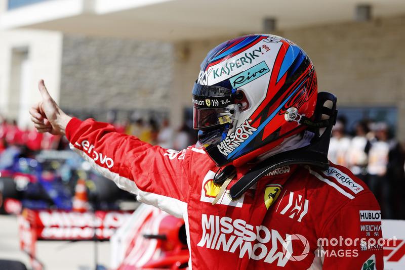 Kimi Raikkonen, Ferrari, le pouce en l'air après sa victoire