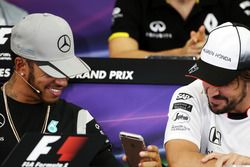 Lewis Hamilton, Mercedes AMG F1 et Fernando Alonso, McLaren lors de la conférence de presse de la FIA