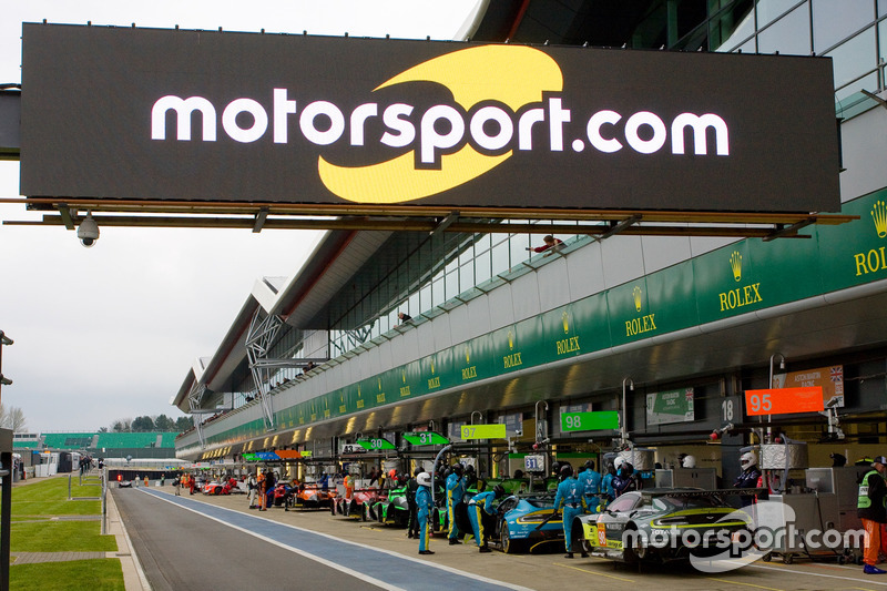 Лого Motorsport.com на піт-лейн