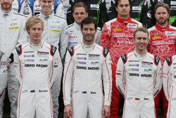 Porsche Team-rijders bij de groepsfoto (L naar R): Brendon Hartley; Mark Webber; Timo Bernhard