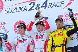 第2戦表彰台:山下健太(TOM'S)、坪井翔(TOM'S)、ヤン・マーデンボロー(B-MAX NDDP)
