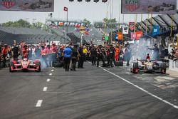 Scott Dixon, Chip Ganassi Racing Chevrolet, Mikhail Aleshin, Schmidt Peterson Motorsports Honda