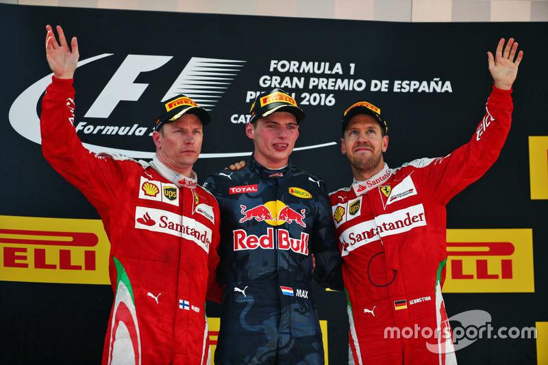 Podio: Kimi Raikkonen Ferrari, segundo lugar; Max Verstappen, Red Bull Racing, ganador de la carrera