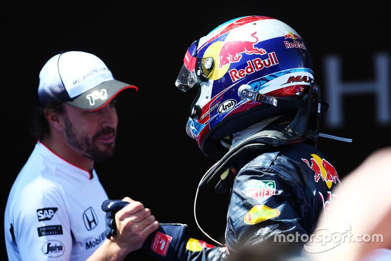 Ganador de la carrera Max Verstappen, Red Bull Racing celebra en el parc ferme con Fernando Alonso,
