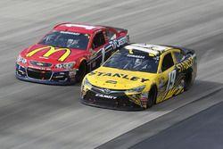 Carl Edwards, Joe Gibbs Racing Toyota, et Jamie McMurray, Chip Ganassi Racing Chevrolet