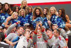 L'équipe de Will Power, Team Penske Chevrolet, prenant un selfie