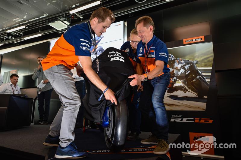 Mika Kallio, Sebastian Risse et Mike Leitner dévoilent la KTM MotoGP