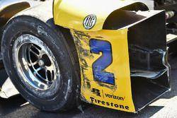 Damages on the car of Juan Pablo Montoya, Team Penske Chevrolet