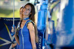 Une charmante gridgirl Suzuki
