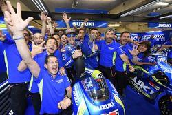 Maverick Viñales, Team Suzuki MotoGP celebrates third place with team