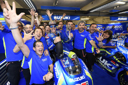 Maverick Viñales, Team Suzuki MotoGP viert de derde plaats met zijn team