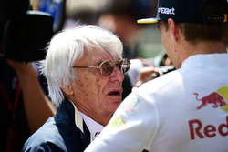 Bernie Ecclestone, with Max Verstappen, Red Bull Racing on the grid