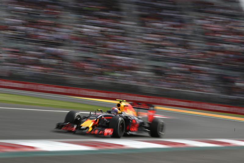 El holandés se pasó de frenada en la primera curva y recortó la chicane de las curvas 2 y 3, conservando su posición