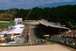 Start zum GP Österreich 1997 in Spielberg: Mika Häkkinen, McLaren MP4/12, führt