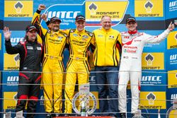 Podium : le vainqueur Nicky Catsburg, LADA Sport Rosneft, Lada Vesta; le deuxième, Gabriele Tarquini, LADA Sport Rosneft, Lada Vesta; le troisième, Norbert Michelisz, Honda Racing Team JAS, Honda Civic WTCC; James Thompson, All-Inkl Motorsport, Chevrolet RML Cruze TC1; Viktor Shapovalov, Team manager Lada Sport Rosneft