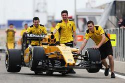 Машину Renault Sport F1 Team RS16 толкают на пит-лейне
