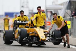 La Renault Sport F1 Team R.S.16 est poussée dans la ligne des stands