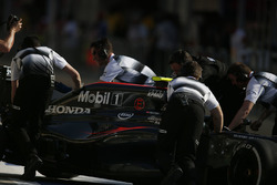 Jenson Button, McLaren MP4-31 dans les stands