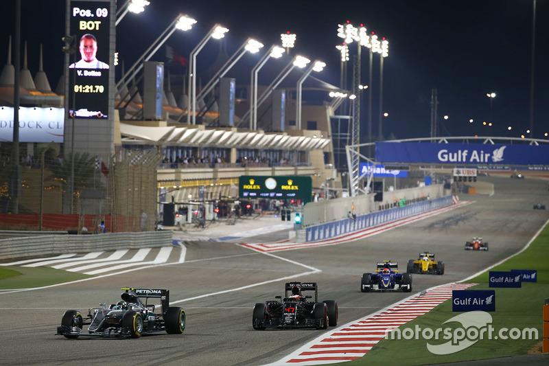 Nico Rosberg, Mercedes AMG F1 Team W07 and Stoffel Vandoorne, McLaren MP4-31