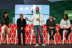 Stephanie Sigman, Schauspielerin; Bernie Ecclestone, Gianluca di Tondo; Marketingchef Heineken; Jack