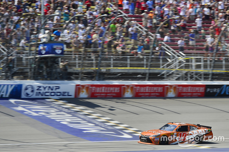 Daniel Suárez, Joe Gibbs Racing Toyota se lleva la bandera a cuadros