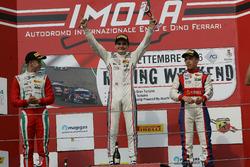 Podio carrera 1: segundo lugar Juri Vips, Prema Powerteam, ganador de la carrera Job Van Uitert, Je
