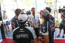 Jenson Button, McLaren celebra sus 300 GP con Daniel Ricciardo, Red Bull Racing; Marcus Ericsson, Sa