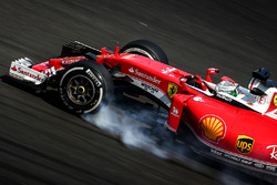 Sebastian Vettel, Ferrari SF16-H locks up under braking