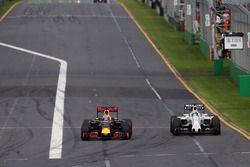 Daniel Ricciardo, Red Bull Racing RB12 et Felipe Massa, Williams FW38 en lutte pour une position