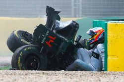 Fernando Alonso, McLaren MP4-31 esce dalla sua auto dopo un enorme incidente