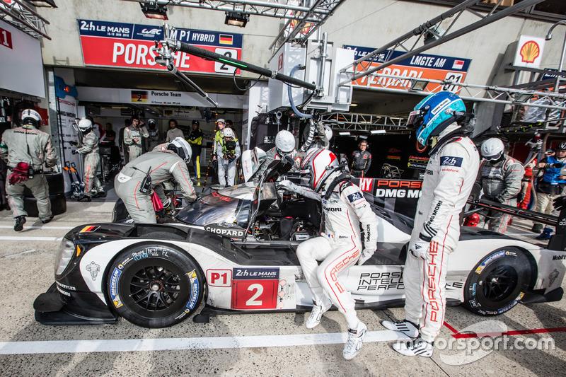 Pit stop #2 Porsche Team Porsche 919 Hybrid: Romain Dumas, Neel Jani, Marc Lieb