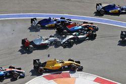 Crash du départ avec Marcus Ericsson, Sauber C35, Rio Haryanto, Manor Racing MRT05, Esteban Gutierrez, Haas F1 Team VF-16 et Nico Hulkenberg, Sahara Force India F1 VJM09