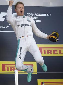 Podium : le vainqueur Nico Rosberg, Mercedes AMG F1 Team