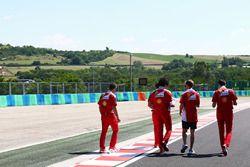 Sebastian Vettel, Ferrari lors de la reconnaissance de la piste avec son équipe