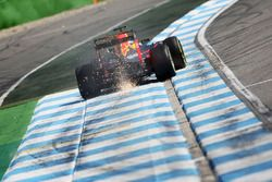 Max Verstappen, Red Bull Racing RB12 sacando chispas