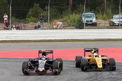 Carlos Sainz Jr., Scuderia Toro Rosso STR11 and Kevin Magnussen, Renault Sport F1 Team RS16 battle for position
