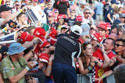 Sergio Pérez, Sahara Force India F1 firma autógrafos para los fans