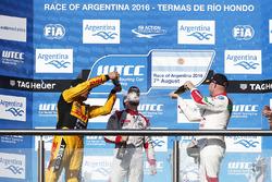 Podium: le vainqueur José María López, Citroën World Touring Car Team, le deuxième Tom Coronel, Roal Motorsport, le troisième Rob Huff, Honda Racing Team JAS