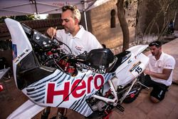 Hero MotoSports Team Rally mechanics di work