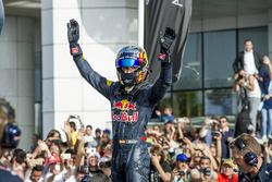 Carlos Sainz Jr. saluting the crowd after his performance