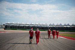 Sebastian Vettel, Ferrari camina por el circuito con Jock Clear, Director de ingeniería de Ferrari
