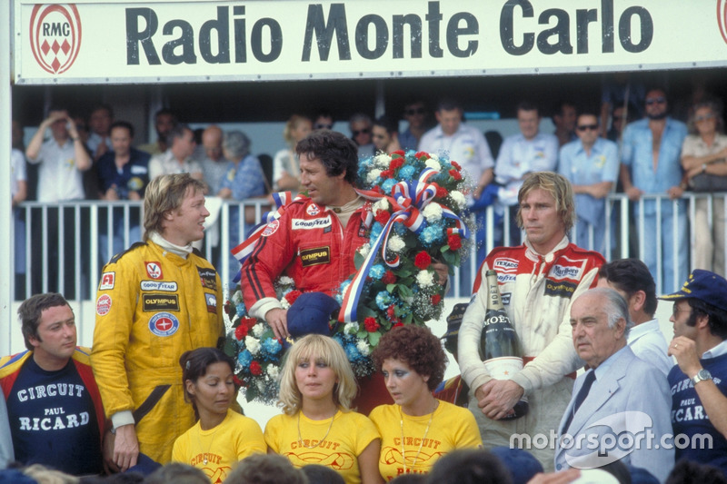 Podium: ganador, Mario Andretti, Team Lotus Ford, secgundo, Ronnie Peterson, Team Lotus Ford, tercero, James Hunt, McLaren Ford