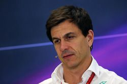 Toto Wolff, Mercedes AMG F1 accionista y Director Ejecutivo en la Conferencia de prensa FIA