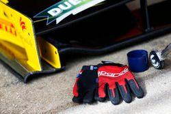 Guantes mecánicos junto al ala delantera del coche de carreras de Racing Engineering