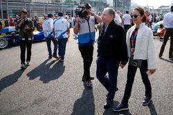 Jean Todt, Presidente de la FIA con su esposa Michelle Yeoh, en la parrilla