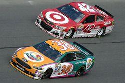 Landon Cassill, Front Row Motorsports Ford, et Kyle Larson, Chip Ganassi Racing Chevrolet
