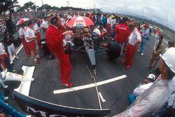 Ayrton Senna, McLaren MP4/6 Honda, en pole position sur la grille avec Ron Dennis, directeur McLaren, et Neil Oatley, directeur technique McLaren, devant
