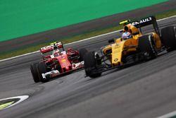 Kimi Raikkonen, Ferrari SF16-H derrière Jolyon Palmer, Renault Sport F1 Team RS16